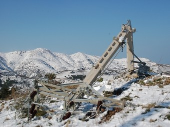 Una torre que va caure a la part alta de Grifeu, a Llançà, que afecta el subministrament.  EL PUNT