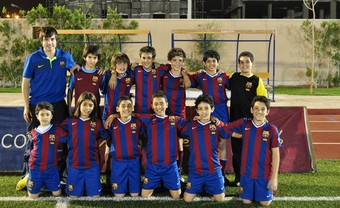 L'aleví de l'escola del Barça a Egipte i el seu director tècnic.  EL 9