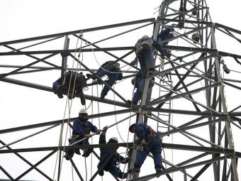Operaris treballant a la subestació elèctrica de Castell-Platja d'Aro, l'única que continua inactiva a la demarcació.  LLUÍS SERRAT