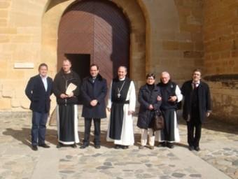La comitiva, ahir davant del monestir