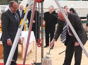 Tresserras va posar ahir la primera pedra del nou teatre de Vandellòs i l'Hospitalet.  EL PUNT