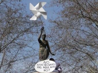 Acció al monument a Monturiol. Membres de Salvem l'Empordà es van enfilar ahir al matí a la part superior del monument a Narcís Monturiol, a la Rambla de Figueres, i van col·locar un molinet de paper a la figura femenina. També li van atribuir la frase: «No m'ho deixareu pas aquí, això.» Van escollir fer l'acció de protesta en un dels monuments simbòlics de la comarca. J.P. / FOTO: S.E