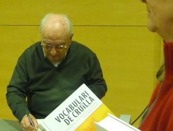 Joan Beltran va signar exemplars de «Vocabulari de cruïlla» abans de la presentació. G.M