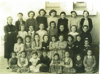 Les nenes de l'escola de Sant Esteve el 1928, quan encara no hi havia les instal·lacions actuals.