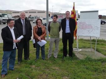 Imatge dels alcaldes i el president del polígon de Sant Pere Molanta a tocar de la zona on es construirà la rotonda.  A.M