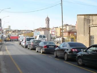Cues de cotxes ahir al matí davant les obres d'asfaltage del giratori de Verges. A.V