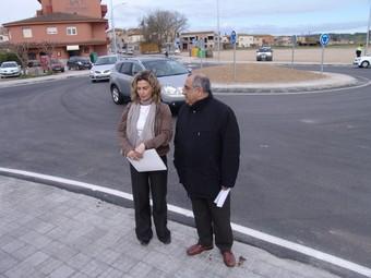 El conseller Joaquim Nadal i l'alcaldessa de Verges, Marta Payeró, ahir al matí davant la nova rotonda.  O.M