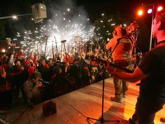 Els Buhos van gravar el videoclip amb la col·laboració d'uns 200 diables. /  M. MARTÍNEZ