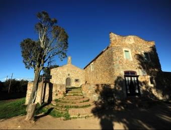 L'ermita de Sant Mateu es troba en aquesta finca on també hi ha el mas Can Riera. Q.P