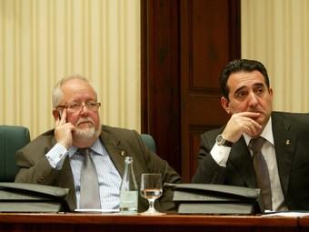 El president de l'ACMC, Salvador Esteve i el de la FMC, Manuel Bustos, ahir escoltant les intervencions dels partits  Q.PUIG