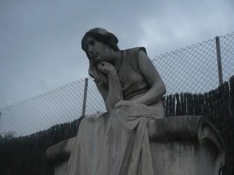 L'escultura de Josep Llimona del panteó de la família Mundet queda amagada en un racó del cementiri, darrera els pisos de Sant Elm.  E.F