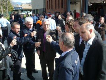 Saura, brindant amb les autoritats locals i els bombers per la inauguració.  J.C