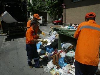 Imatge d'arxiu de la vaga de 2005. Llavors va ser dels treballadors de la recollida de brossa i dels contenidors.  A.P