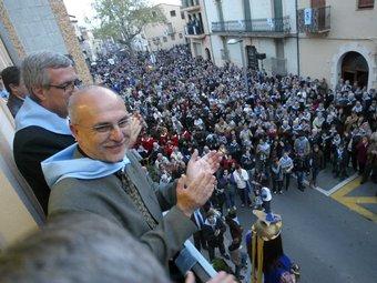 L'alcalde de la Canonja, acompanyat del batlle de Tarragona, observa els veïns des del balcó de l'Ajuntament.  JUDIT FERNANDEZ