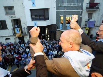 L'alcalde de la Canona, flanquejat pel batlle tarragoní, Josep Fèlix Ballesteros i el delegat del govern al Camp de Tarragona, Xavier Sabaté, al balcó de l'Ajuntament. JUDIT FERNANDEZ