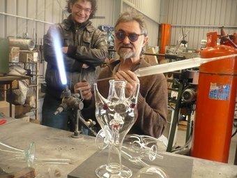 El vidrier Eduard Garotí al seu taller fent l'almorratxa i al fons l'Aitor Sampere. E.F