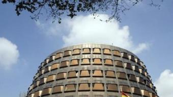 La seu del Tribunal Constitucional, a Madrid, amb la bandera espanyola al davant ACN