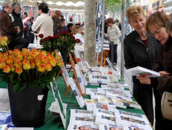 Unes parades de llibres vora la Bassa en una edició anterior de Sant Jordi a Perpinyà.
