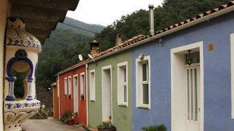 Cases de la colònia minera, pintades de colors alegres, on encara hi viu gent.  LLUÍS SERRAT