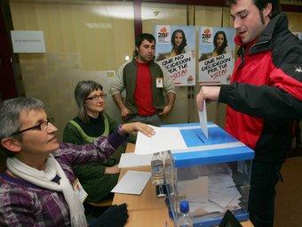 Un veí del Vendrell dipositant el seu vot el passat 28 de febrer, que és quan hi va haver la segona tanda.  MARTA MARTÍNEZ