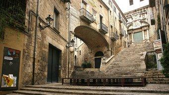 Una imatge de les escales de Sant Martí buides, ahir al matí, amb l'escenari de l'espectacle ja muntat. MANEL LLADÓ
