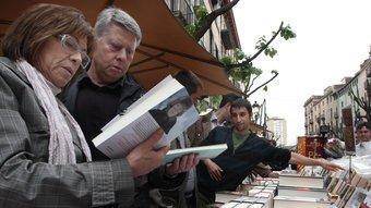Una parada de llibres a la Rambla de Girona, amb el plàstic a punt, per tapar. LLUÍS SERRAT
