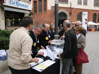 Recollida de vot anticipat per Sant Jordi a Sabadell, que celebrarà la consulta el pròxim dia 30.  EMILI AGULLÓ