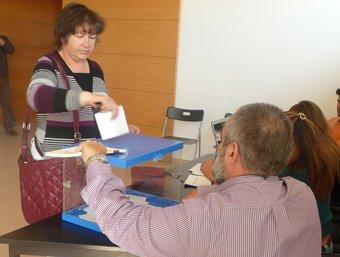 Una dona votant al Casal d'Avis de Vilobí. C.M.