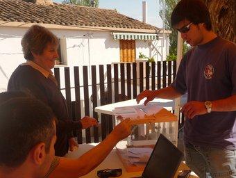 Un jove vota a la taula que hi hava a l'envelat davant l'ajuntament de Font-rubí. C.M.