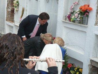 Moment en què les germanes del músic dipositen l'ofrena floral al seu nínxol. A.V