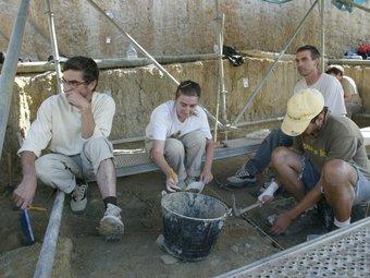 Arqueòlegs treballant al barranc de la Boella, en la campanya de l'any passat.  JUDIT FERNÀNDEZ