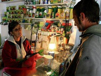 Una botiga de Santa Cristina funcionant amb un fanal. MANEL LLADÓ