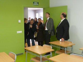 Ferran Bel i els regidors d'Educació, Cultura i Urbanisme, durant la vistia a una de les aules de la Casa de la Música. G.M