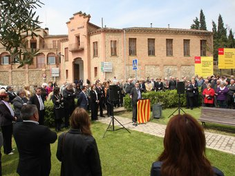 Autoritats i gent del poble, en l'acte d'inauguració de l'asil Gomis, rehabilitat. PERE DURAN