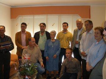 Maria Luque envoltada d'amics i regidors de l'Ajuntament.