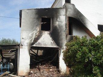Uns lladres van calar foc en un mas de Torredembarra el maig de 2008.  GISELA PLADEVEYA