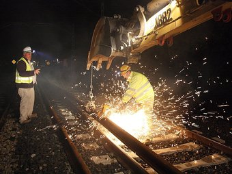 La construcció del tercer rail per a mercaderies es va fer de nit. ACN