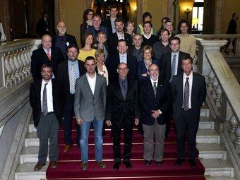 Foto del conseller, diputats, alcaldes, regidors i persones que han intervingut en el projecte del parc, ahir a les escales del Parlament després de l'aprovació de la llei.  JUANMA RAMOS