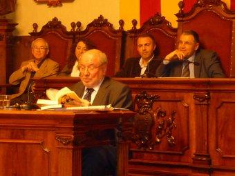 Sanuy fullejant el seu llibre Informe Sanuy. Defensa del petit comerç dimecres al saló de plens.  A.M