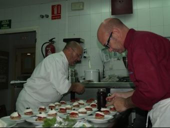 El mestre cuiner, Toni Fernández, atén l'oferta culinària del Balneari. ESCORCOLL