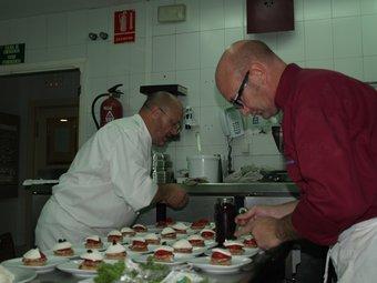 Rafa Calabuig i Toni Fernández preparen el tast de la Cuina Amiga del Balneari./  ESCORCOLL