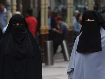 Quatre dones amb vels integrals pel carrer EFE