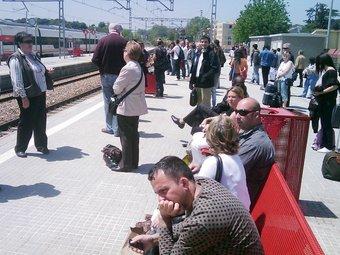 Passatgers esperant el tren a l'estació de Cardedeu  ACN
