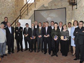 Els guardonats i els representants dels cellers que integren l'associació Qualidès al castell de Sant Martí Sarroca.