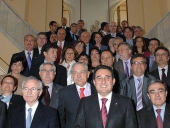 Bustos, al capdavant de la delegació d'alcaldes, ahir, a l'entrada del Círculo de Bellas Artes de la capital espanyola.  FMC