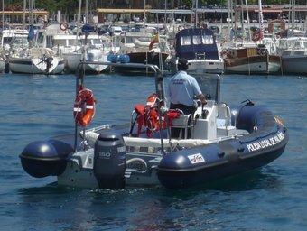 L'embarcació d'estrena de la Policia Local de Palamós navegant davant la badia, amb la vila al fons./  A.V