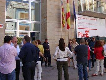 Concentració de funcionaris a les portes de l'Ajuntament de Calp. /  CEDIDA