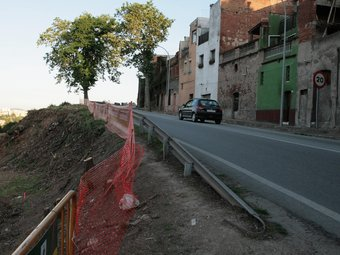 Entrada al revolt per la pujada del pont de la Salut, amb la zona que s'eixampla a l'esquerra.  E.A