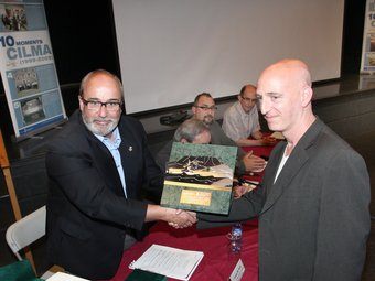Richard Elelman, a la dreta, en el moment de recollir el premi de mans del responsable de medi ambient de la Diputació de Girona, Josep Maria Rufí.  LLUÍS SERRAT