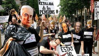 Una manifestació a Girona contra la retallada de sou als funcionaris, aquest estiu. MANEL LLADÓ